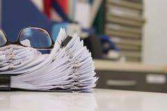 Стога бумажных файлов с зажимами на предпосылке офиса Стоковые Фотографии RF