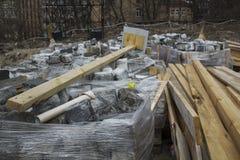 Стога вымощая плиты, строительные материалы для реконструкции мостовой стоковая фотография