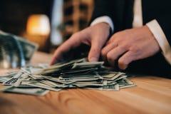 Стога 100 долларов банкнот на деревянном столе Стоковые Изображения RF