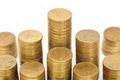 Стога золотых монет изолированные на белой предпосылке Сбережения, дело стога монетки растя Концепция денег вклада стоковые изображения