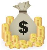 Стога золотых монеток и сумки денег на белой предпосылке Стоковое фото RF