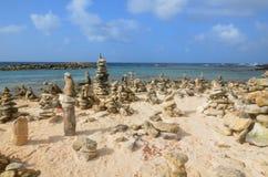 Стога камня пирамиды из камней на пляже младенца Стоковое фото RF