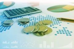 Стога, калькулятор и карандаш монетки на бумаге финансовой диаграммы Стоковое Изображение RF