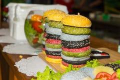 Стога красочных изысканных плюшек гамбургера Стоковое Изображение RF