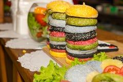 Стога красочных изысканных плюшек гамбургера Стоковая Фотография