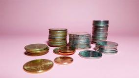 Стога монетки разницы на розовой предпосылке стоковая фотография rf