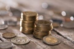 Стога монеток на деревянной столешнице Стоковое Изображение RF