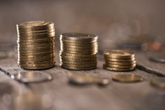 Стога монеток на деревянной столешнице Стоковые Фотографии RF