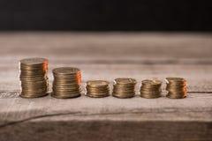 Стога монеток на деревянной столешнице Стоковые Изображения