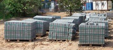 Стога новых конкретных вымощая слябов на деревянных паллетах Стоковые Фотографии RF