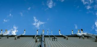 Стога печной трубы фабрики против голубого неба Стоковое Изображение RF