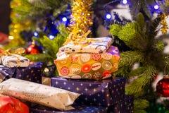 Стога подарков на рождество под украшенной рождественской елкой Стоковые Изображения RF