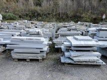 Стога промышленных слябов гранита помещенных в дворе Стоковые Изображения
