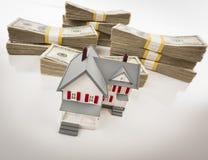 Стога сотни долларов с малым домом Стоковые Изображения