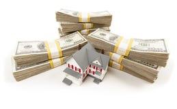 Стога сотни долларов с малым домом Стоковое Изображение