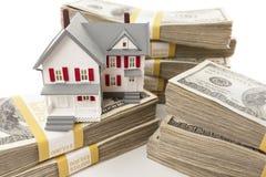Стога сотни долларов с малым домом Стоковые Фото