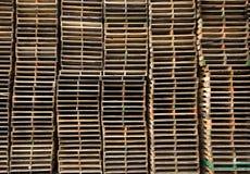 Стога старых деревянных паллетов Стоковое фото RF