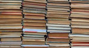 Стога старых книг hardback и книги в мягкой обложке стоковые изображения