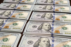 Стога строк долларов на таблице Стоковые Фотографии RF