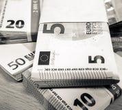 Стога счетов евро на столе сосны Стоковое Фото