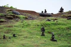 Стога утесов на зеленом горном склоне Стоковое Изображение RF