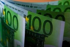 Стог 100 банкнот валюты евро Стоковые Изображения