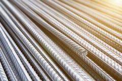 Стог баров подкрепления тяжелого метала с периодической текстурой профиля Закройте вверх по стальному armature конструкции Абстра стоковое фото rf