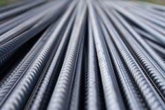 Стог баров подкрепления тяжелого метала с периодической текстурой профиля Закройте вверх по стальному armature конструкции Абстра стоковые фото