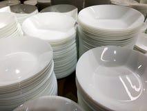 Стог белых плит Множество плит Плиты от ресторана Белые плиты Плиты для еды Стоковые Фотографии RF