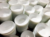 Стог белых плит Множество плит Плиты от ресторана Белые плиты Плиты для еды Стоковая Фотография RF