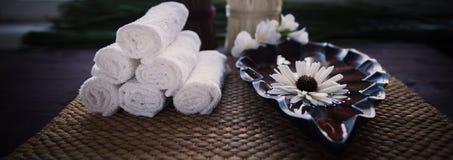 Стог белых полотенец и контейнера воды и цветка Стоковая Фотография RF