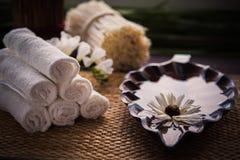 Стог белых полотенец и контейнера воды и цветка Стоковые Изображения RF