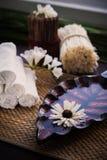 Стог белых полотенец и контейнера воды и цветка Стоковые Изображения