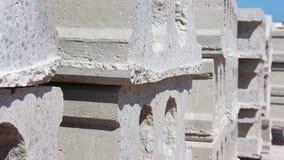 Стог бетонных плит или неубедительных бетонных плит, одно сырья используемого в дорогах или жилищное строительство стоковые фото