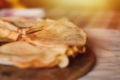Стог блинчиков на разделочной доске Традиционный для Russ Стоковая Фотография RF