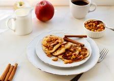 Стог блинчиков с медом и яблоком на белой таблице, очень вкусном десер стоковые фото