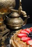 Стог больших блинчиков испечет в металлической пластине и чае от самовара на предпосылке Конец-вверх Стоковое Фото