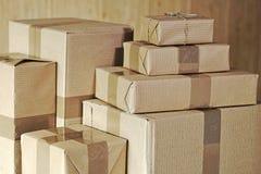 Стог больших и малых почтовых пакетов на таблице стоковое изображение rf