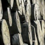 Стог больших кусков дерева, абстрактное изображение, малый фокус стоковые изображения rf