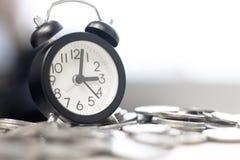 стог будильника и монетки на таблице Вклад времени и время проходить выбранный и мягкий фокус на часах стоковые изображения rf