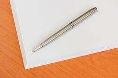 Стог бумаги и пер на таблице Стоковые Изображения RF