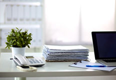 Стог бумаг на столе с компьютером Стоковая Фотография RF