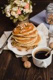 Стог блинчиков с медом, бананом и грецкими орехами Стоковые Фото
