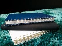Стог взгляда со стороны книги на ковре Стоковые Фото