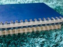 Стог взгляда со стороны книги на ковре Стоковое Фото