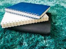 Стог взгляд сверху книги на ковре Стоковые Изображения RF