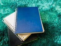 Стог взгляд сверху книги на ковре Стоковые Фотографии RF