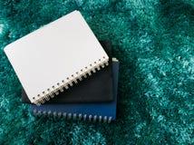 Стог взгляд сверху книги на ковре Стоковые Изображения