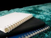 Стог взгляд сверху книги на ковре Стоковое Изображение