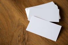 Стог визитной карточки на деревянном столе Стоковая Фотография